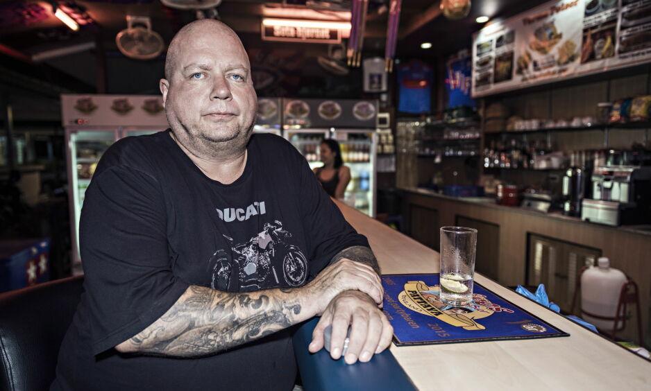 BAREIER: Terje Salvesen (52) har i tre år drevet Kåres Partybar i Pattaya sentrum. Han betegner baren som familieorientert i sammenlikning med andre barer i byen. Foto: Ralf Lofstad / Dagbladet