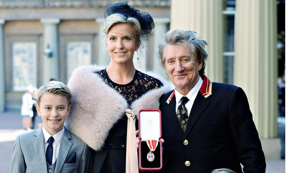 SIR ROD: Rod Stewart ble adlet denne uka. Her er han sammen med kona Penny Lancaster og sønnen Alastair på Buckingham Palace.