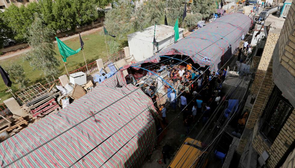 MER ENN 30 DØDE: Selvmordsbomberen slo til mot minneseremonien i dette teltet i al-Shaab-distriktet nord i Bagdad. Foto: Ahmed Saad, Reuters/NTB Scanpix.