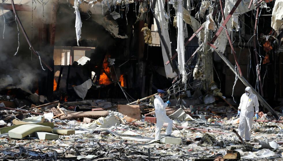 BOMBET FORSAMLINGSLOKALE: Sikkerhetseksperter på åstedet etter at saudiarabiske bombefly angrep en begrevelse forrige helg. Foto: Khaled Abdullah, Reuters/NTB Scanpix.