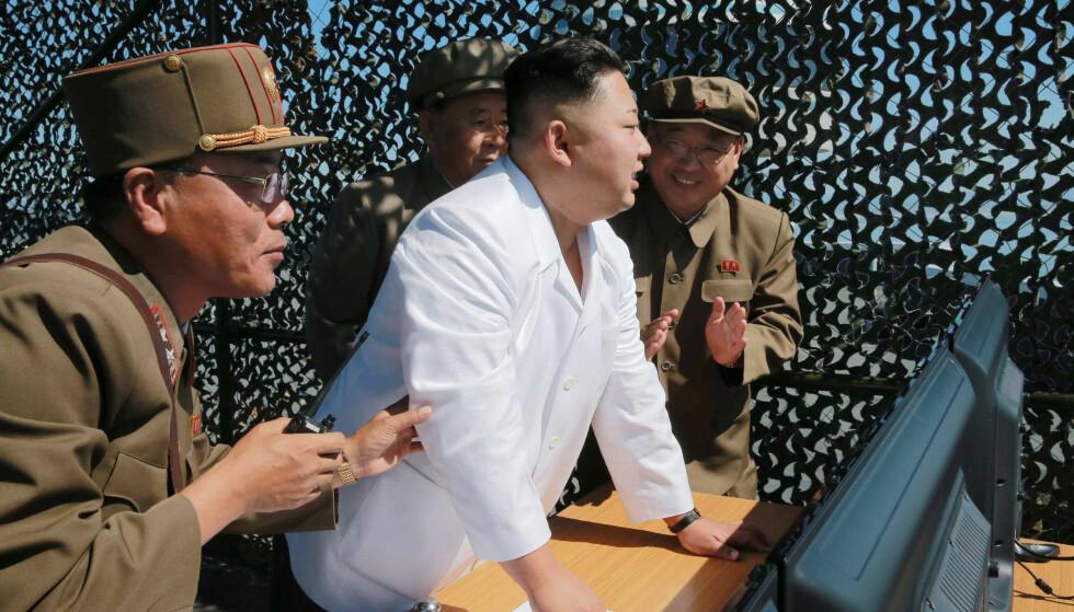 Sikkerhet: Nord-Koreas diktator, Kim Jong-un, ser på atomvåpene som landets største garanti for sikkerhet. Her er et bilde fra september hvor han demonstrererte nye raketter. Foto: KCNA / NTB Scanpix