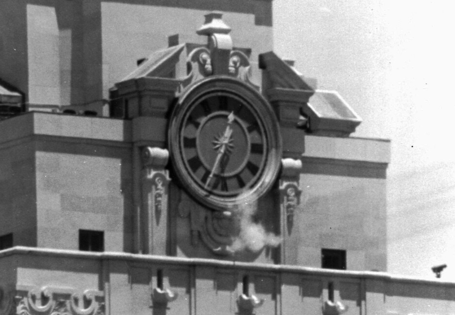 ÅPNER ILD: Kruttrøyken stiger til værs fra rifla til Charles Whitman. 1. august 1966 barrikaderte han seg i klokketårnet til University of Texas i Austin og skjøt mot tilfeldige forbipasserende. Foto: AP Photo/File