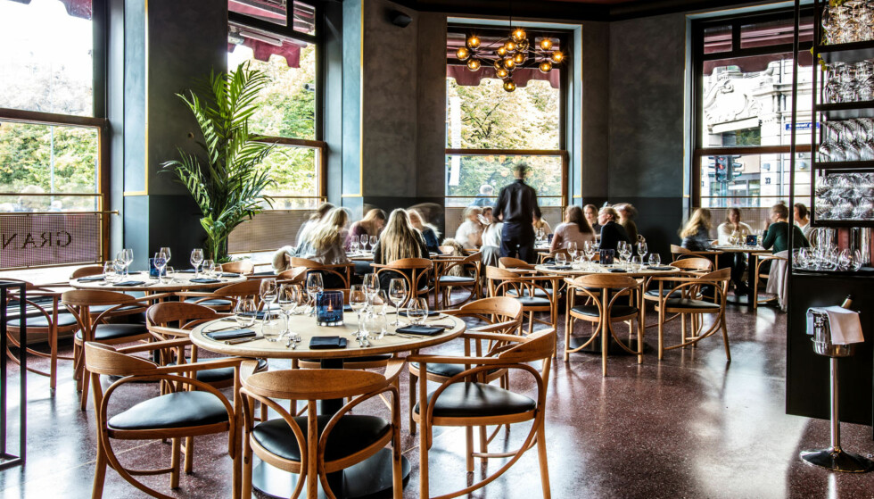 GRAND CAFE 2016: Stolene er de samme, men nå lyse. De hvite dukene er borte. Det samme er gardinene og båsene mellom bordene. Foto: LARS EIVIND BONES