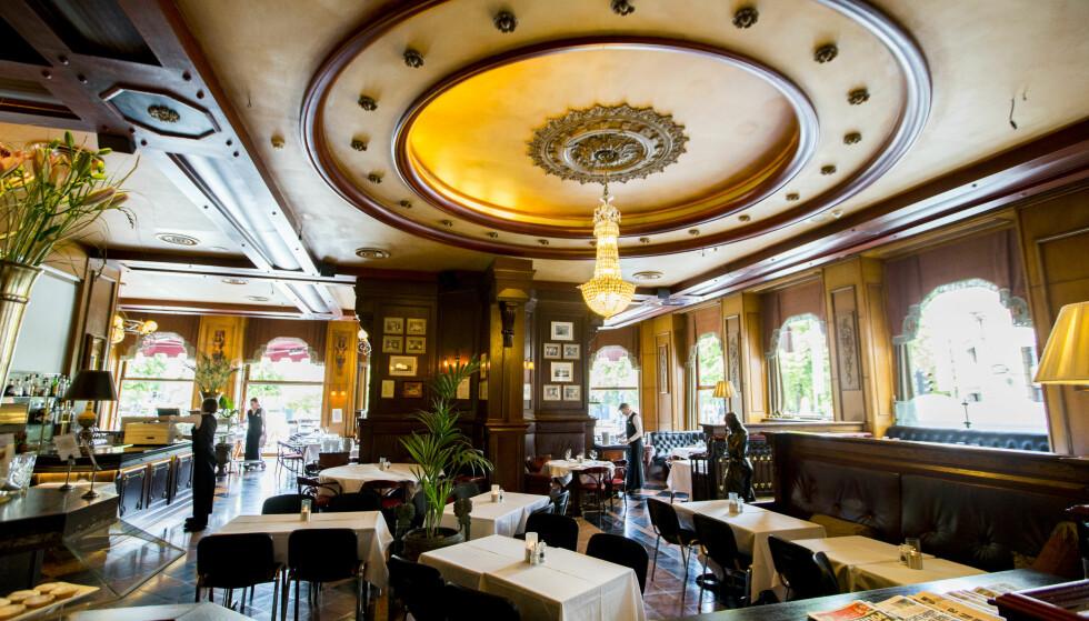 FØR : Restauranten er helt bygd om siden dette bildet ble tatt i fjor. Den runde takdekoren er erstattet av ny himling og veggene er malt i burgunder og blågrått. Foto: Vegard Wivestad Grøtt / NTB scanpix
