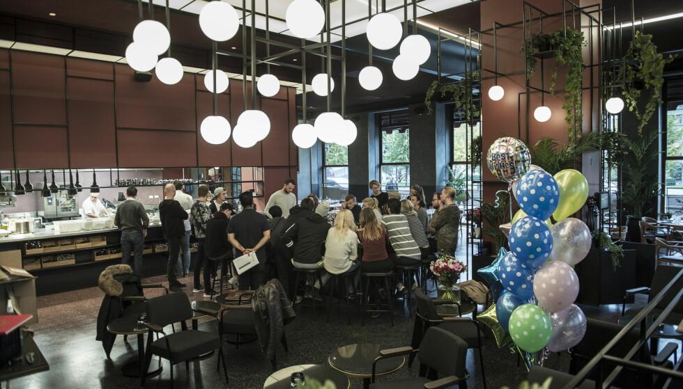 NY KUNNSKAP: Servitører og vinkelnere samlet tisdag denne uka til vinsmaking og gjennomgang av drinkeoppskrifter. Fra imorgen settes de på prøve i den nye kafeen. Foto: LARS EIVIND BONES