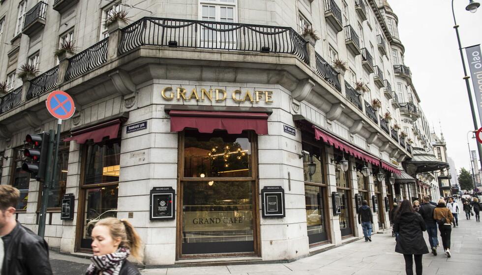 VENTER BRÅK: Grand Cafe har en over 140 år lang historie. Her har både Munch og Ibsen fått servering og Per Krohg har tre berømte malerier på veggene. Interiøret har gjennomgått store forandringer i stengningsperioden. Reaksjonene hos dem som har sluppet inn før åpningen har variert fra avsky til applaus. I morgen kl 16 åpner dørene. Da kan du sjekke selv. Foto: Lars Eivind Bones