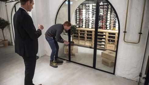 VINKJELLEREN: Der det engang var nattklubb er det nå blitt vinkjeller og vinbar. Vinsjef Fabio Borgianni åpner dørene til 16000 flasker sortert etter druesort for innehaver Bjørn Tore Furset i Fursetgruppen. Foto: LARS EIVIND BONES