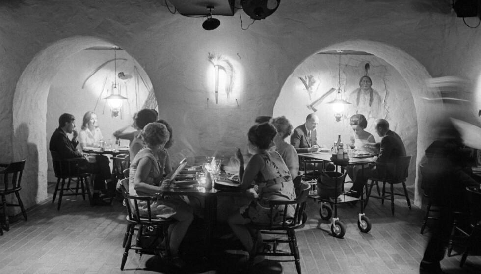NATTKLUBB: I kjelleren der det nå skal smakes og læres om vin, var det engang liv og røre og dans etter maten. Bildet er tatt i 1969. Foto: NTB/SCANPIX