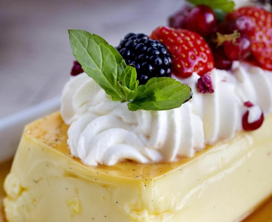 EN SIKKER VINNER: Arne Brimis hjemmelagde karamellpudding er fløyelsmyk i konsistensen og smaker fantastisk. Vel verdt å teste i helga! Foto: Mette Møller