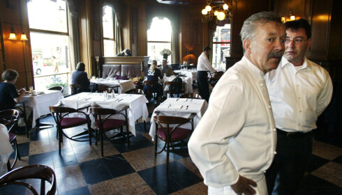 TØFFE TIDER: I 2003 ble Grand Café slått konkurs. Bildet viser daglig leder Geir Texnes (t.h.) og kjøkkensjef Hans Robert Bruun, som begge var sterkt preget av situasjonen. FOTO: ANDERS KNUDSEN/NTB SCANPIX