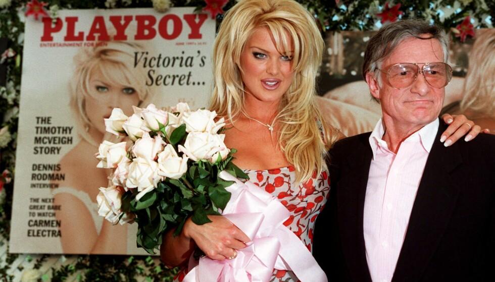 PLAYBOY-MODELL: Victoria Silvstedt sammen med Hugh Hefner på Playboy Mansion i mai 1997, etter at hun ble kåret til årets Playmate. Foto: Damian Dovarganes/ AP/ NTB scanpix