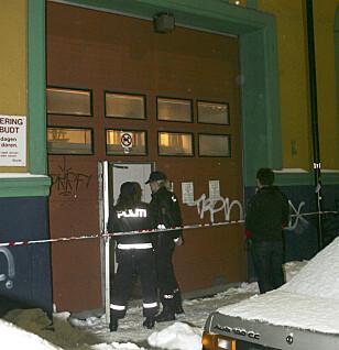 KONFLIKT: Politiet ved inngangen til moskeen i Urtegata i Oslo i mars 2006. Tre personene ble skadet etter angrepet. Foto: Morten Holm / SCANPIX