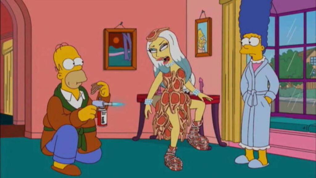 KJENDISBESØK: I «The Simpsons» treffer familien ofte på kjente personer. Her er Lady Gaga på besøk i sin berømte kjøtt-kjole. Noe som falt i smak hos Homer Foto: Stella Pictures