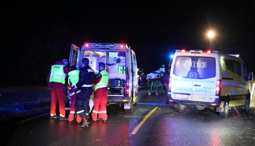 FRONTKOLLISJON: Det er to personbiler som har kollidert på rv. 22 sør for Trøgstad. Foto: Freddie Larsen