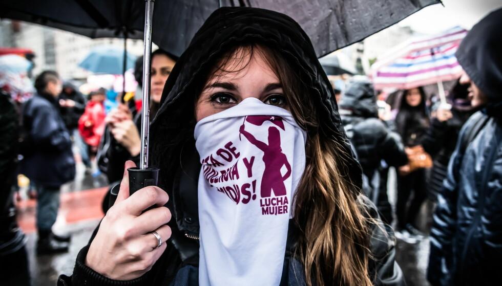 PROTESTERER: Titusener av kvinner inntok gatene i Argentina, Chile, Peru, Bolivia, Paraguay, Uruguay, Guatemala og Mexico onsdag. De gikk med slagord som «machisme dreper» og «Ni Una Menos». Foto: NTB Scanpix