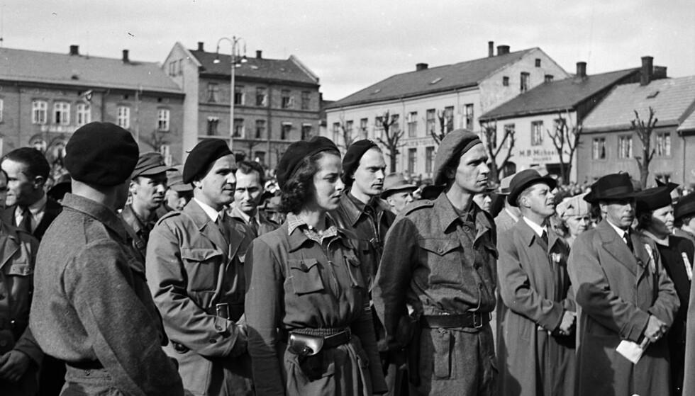 Første 17. mai i frihet: Eva Jørgensen på Stortorget i Hamar 1945. Til høyre bakEva står forloveden og senere ektemannTor Kløvstad.Foto:Normann/Stiftelsen Domkirkeodden