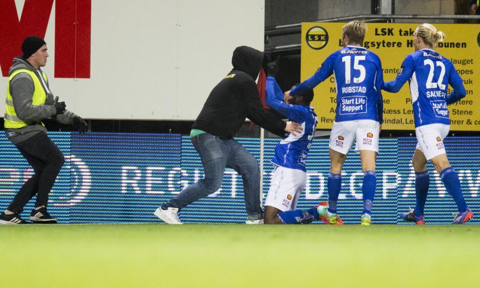 REDD: Starts målscorer Dennis Agyare Antwi blir dyttet av en LSK-supporter under feiringen av 1-0-målet i eliteseriekampen mellom Lillestrøm og Start på Åråsen stadion. Foto: Jon Olav Nesvold / NTB scanpix