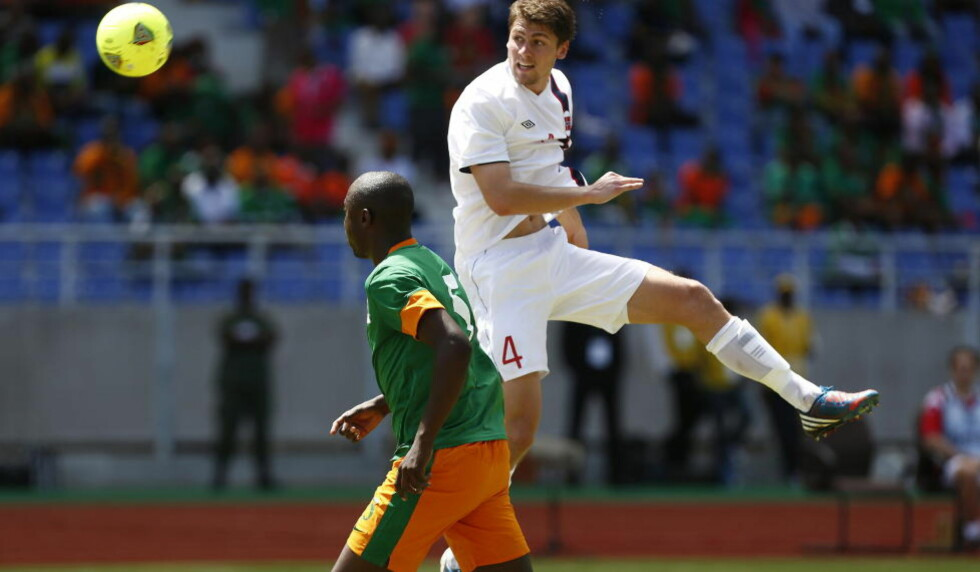 GODE BAKOVER: Norge holdt nullen mot Zambia etter at hjemmelaget styrte kampen i stort sett 90 minutter. Fredrik Semb Berge spilte én omgang, og klarte seg bra.  Foto: Heiko Junge / NTB scanpix