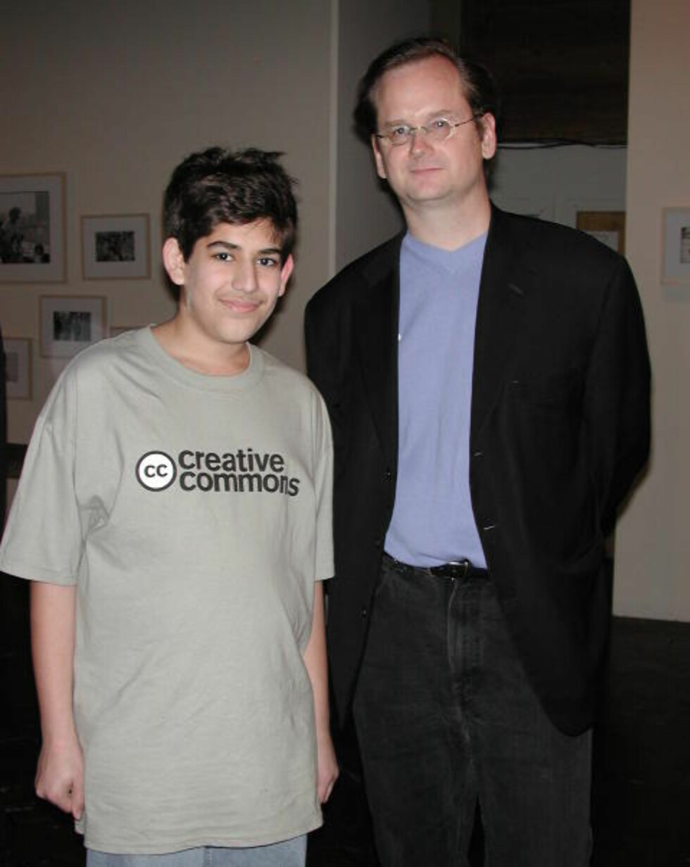MENTOR: Aaron Swartz, her 22 år gammel, sammen med Lawrence Lessig, jusprofessor ved Stanford og arkitekt bak den «digitale almenningen» Creative Commons. Foto: Wikimedia Commons