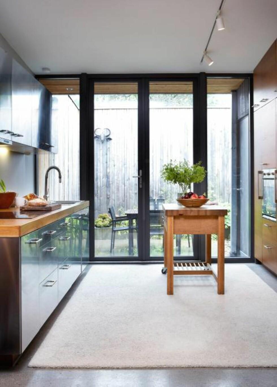 RETT UT: Et lite atrium ligger rett utenfor kjøkkenet, og er ypperlig frokostplass når været tillater det. Hele boligen har betonggulv. FOTO: Margaret M. de Lange