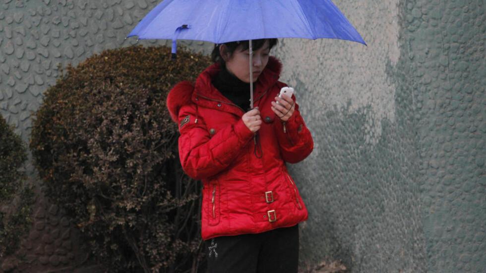 FRIERE TØYLER: Nå kan du, som innreisende i Nord-Korea, få med deg mobiltelefonen din inn i landet, etter årevis med forbud. Foto: NTB Scanpix