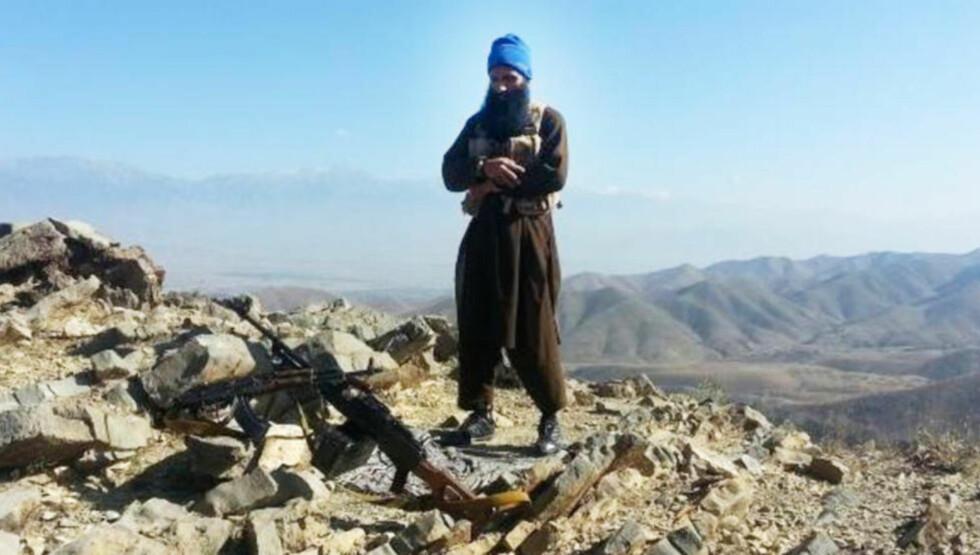 VÆPNET: Her poserer den norske islamisten Arfan Bhatti (35) med et Kalasjnikov-automatgevær og et tungt maskingevær. Bildet er etter alt å dømme tatt i grenseområdet mellom Pakistan og Afghanistan en gang i fjor.