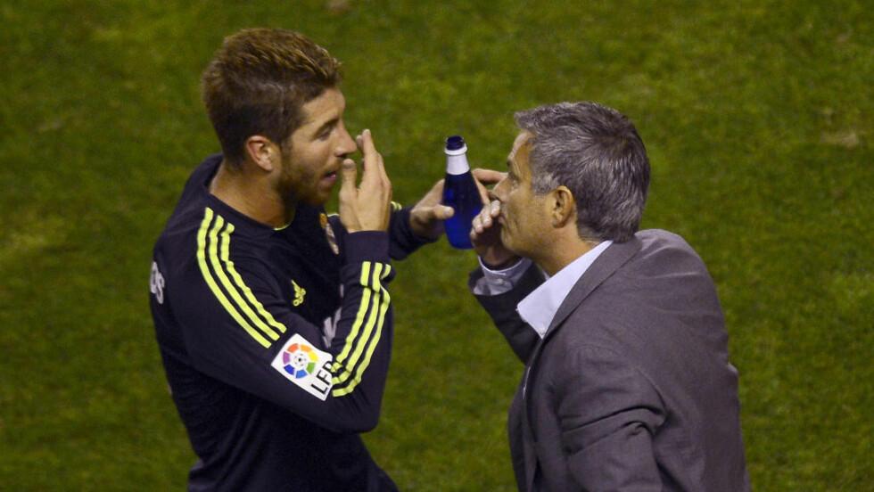 RYKTER OM VOLDSOM SPLID: Sergio Ramos (t.v) blir utpekt som en av de spanske spillerne som ønsker seg en ny trener i stedet for Jose Mourinho ved sesongslutt. Foto: AFP  / PIERRE-PHILIPPE MARCOU / NTB SCANPIX