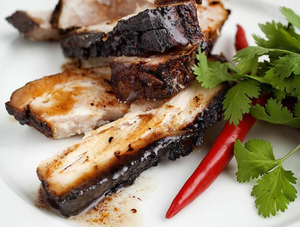 RIBBE MED «FIVE SPICE»-KRYDDER:  De fem krydderne er stjerneanis, nellik, kanel, sechuanpepper og fennikelfrø, og krydderblandingen brukes mye i det kinesiske kjøkken. Foto: METTE MØLLER