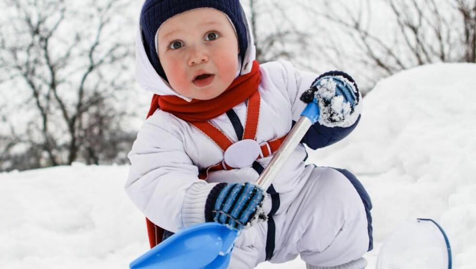 UNNGÅ FROSTSKADER: Små barn forfryser lettere fingre og tær enn større barn som er mye i aktivitet. Følg derfor med på minstemann.  www.colourbox.com