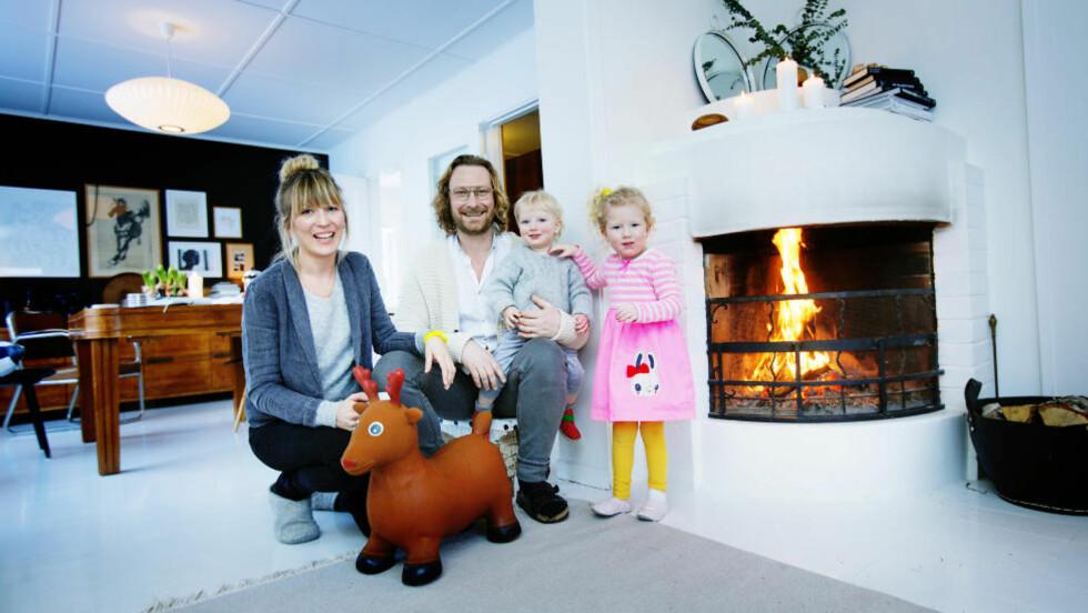 Familiehygge: Hilde Mork (34), Rolf Henning (Doffen) Andersen (36), Theis (1) og Veslemøy (3) er ferdige med oppussinga i SKien. De er fornøyde med at de slapp å bo der mens arbeidet pågikk.