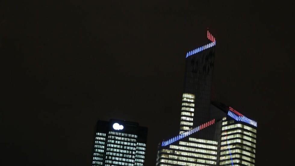 LYS I ALLE VINDUER - SÅ LENGE:  Frankrikes høyeste bygning - 231 meter høye First Tower i Paris-forstaden La Defense - i komplett lysskrud på kvelden 18. desember i fjor. FOTO: KENZO TRIBOUILLARD, AFP/NTB Scanpix.