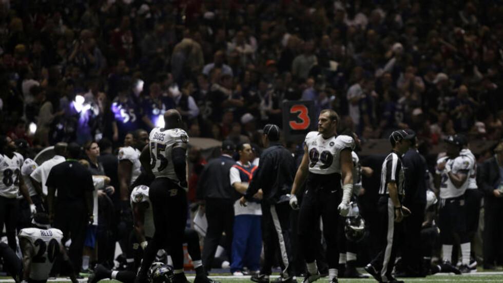 STRØMMEN GIKK: Det ble mørkt i New Orleans rett etter pause, da strømmen gikk i Super Bowl. Foto: Matt Slocum / AP / NTB SCANPIX