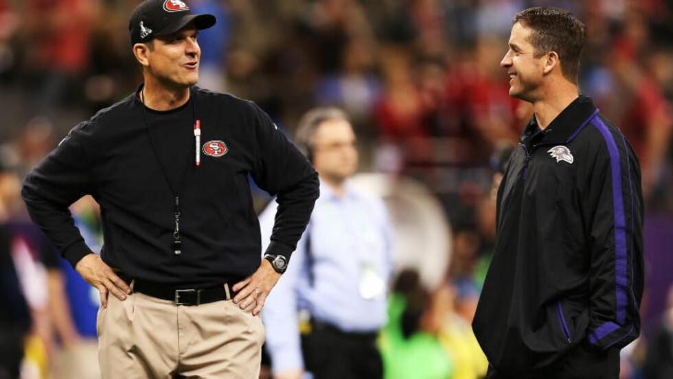 BRØDREDUELL: De to lagenes trenere er brødre. 15 måneder skiller John (Ravens) og Jim (49ers). Foto: Christian Petersen / Getty Images / AFP / NTB SCANPIX
