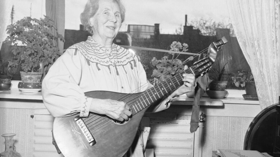 Skuespiller Bokken Lasson, her 85 år gammel, behandler sin lutt med samme ferdighet som i gamle dager. Hun stiftet Chat Noir i 1912 og har gjennom årenes løp henrykkt tusenvis av mennesker med sin sang og sin musikk. Hun døde i 1970,  99 år gammel. Foto: Aktuell / SCANPIX