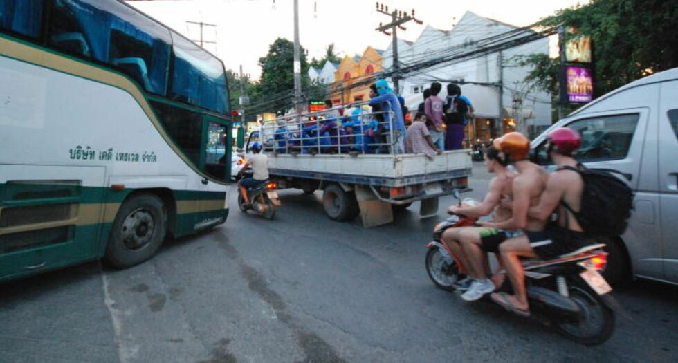 TAR SJANSER: Mange utlendinger i Thailand kjører motorsykkel eller scooter uten hjelm, tøyer grensene og overvurderer sin evne til å håndtere trafikkbildet. Foto: RALF LOFSTAD / DAGBLADET