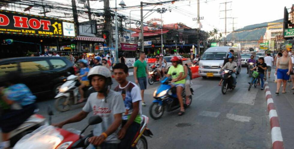FOTGJENGERENS MARERITT: I Thailand respekteres trafikkregler i begrenset grad, og det fins helt egne koder for å krysse gata. Foto: RALF LOFSTAD / DAGBLADET