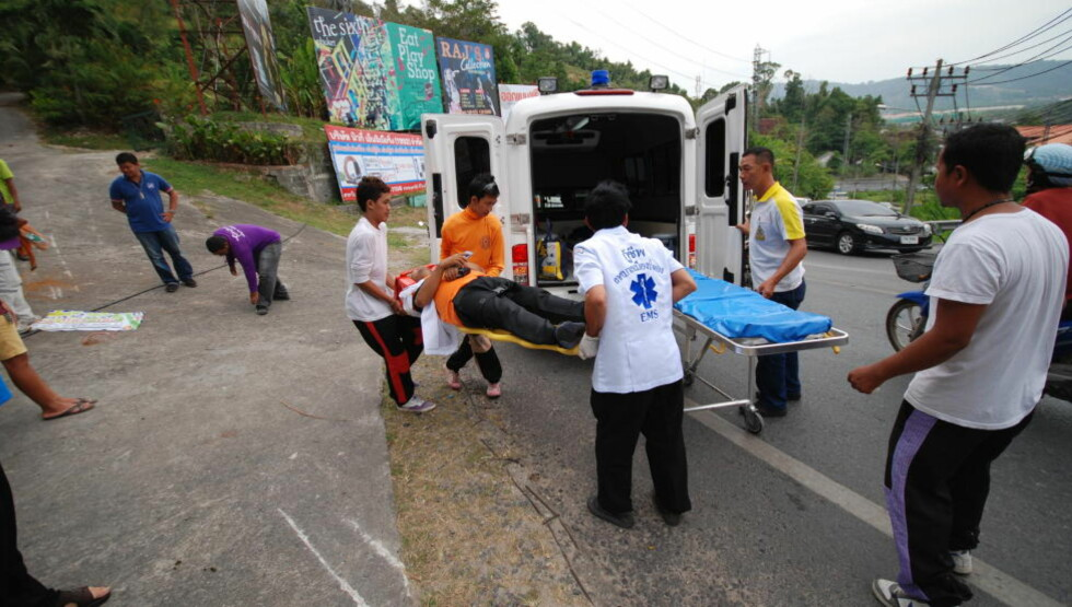TRAFIKKOFFER: Thailandske redningsetater har hendene fulle med å rykke ut til ulykker der utlendinger er involvert. Bildet er tatt på veien mellom Phuket by og Patong. Foto: RALF LOFSTAD / DAGBLADET