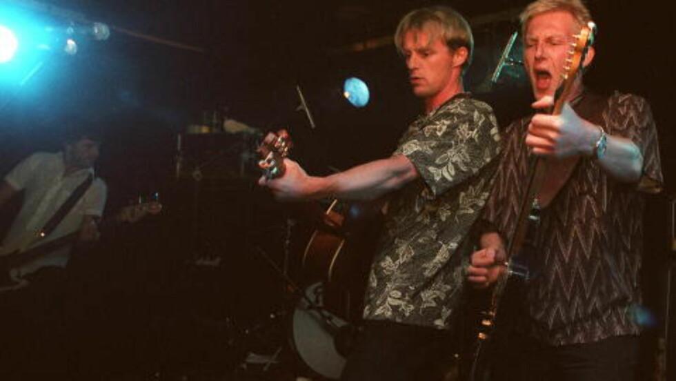 BRØDREBAND: Knut Nesbø (til høyre) med broren Jo i bandet Di Derre. Foto: KJELL LANGMYREN