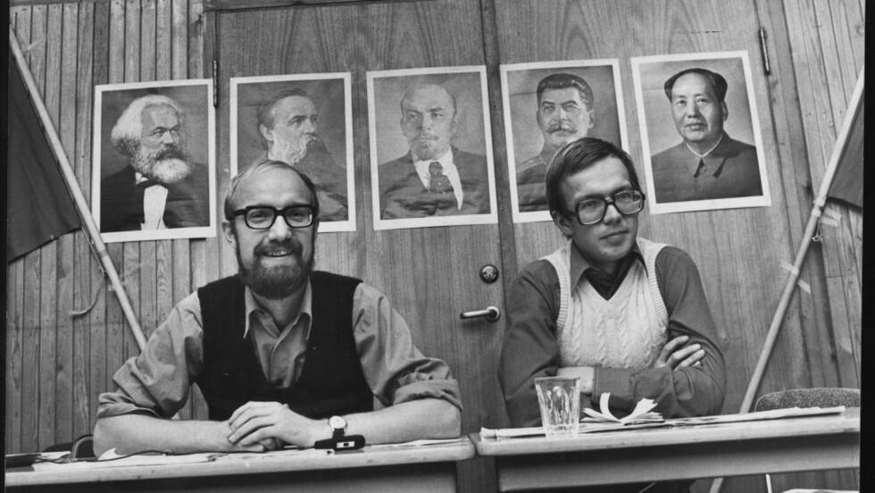VENSTREEKSTREMISME: Da Arbeidernes Kommunistparti (marxist-leninistene) nådde sitt høydepunkt i 1978, hadde partiet 3400 medlemmer. Her er Sigurd Allern og Pål Steigan foran partiets helter i 1975: Marx (t.v), Engels, Lenin, Stalin og Mao.  Foto: Tor Gulliksrud/Dagbladet.