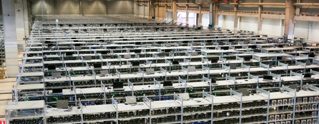Gruvedrift: Den nå nedlagte Bitcoin mining-farmen i en gammel helikopterhangar i Bodum, var Sveriges største datahall. Selskapet bak driften, KnCMiner AB, gikk tidligere i år konkurs på grunn av for høye svenske strømpriser. Foto: Hacienda Film AS.