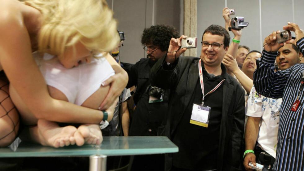KORTE LINSER, LANGE BLIKK: Skuelystne fans hadde funnet fram kameraene da de var på pornomessa Adult Entertainment Expo i Las Vegas i 2008. Foto: REUTERS / Steve Marcus / NTB scanpix