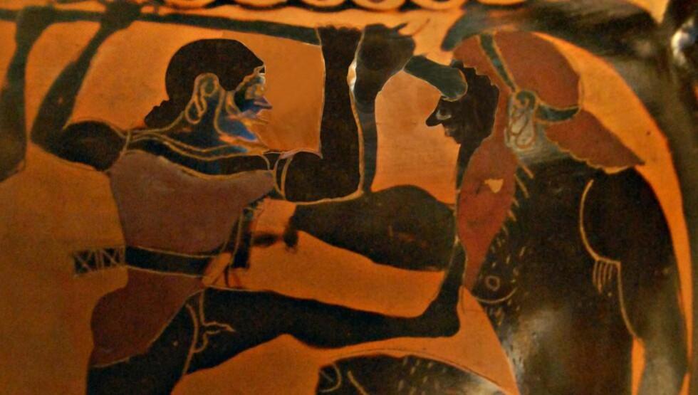 """DEN GAMLE SANGEN: Odyssevs som blinder kyklopen er en berømt scene fra """"Odysseen"""", her i en versjon fra år 520 før Kristus. Nå kommer en ny gjendiktning som skal gjøre den urgamle teksten mer tilgjengelig for norske lesere. Men eposet taper også noe når den gamle formen løses opp. Bilde: Flickr / Ark in Time."""