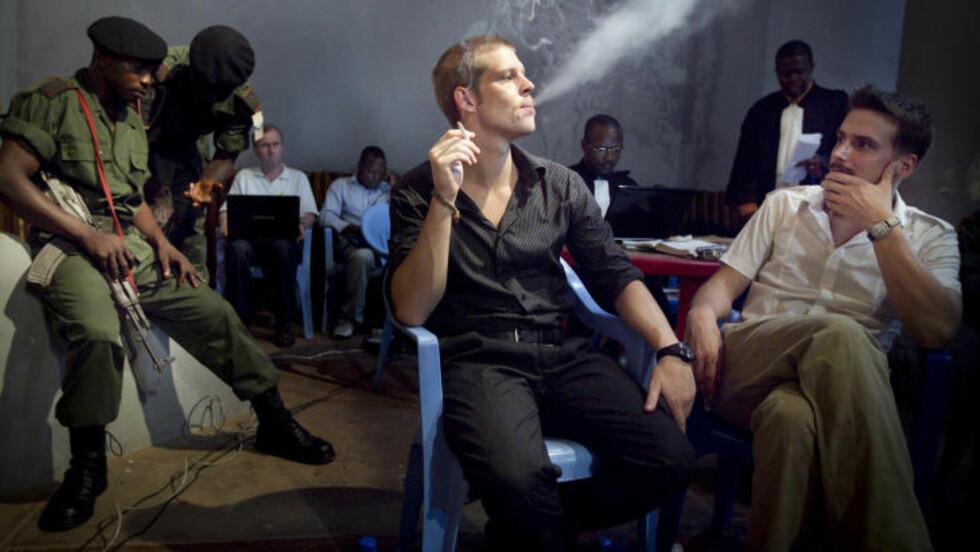 DØDSDØMTE: Det har gått to år og et halvt år siden Joschua French og Tjostolv Moland ble dømt til døden i Kongo. Her er de avfotografert i en røykepause under rettsakens Kisangani. Foto: Heiko Junge / Scanpix