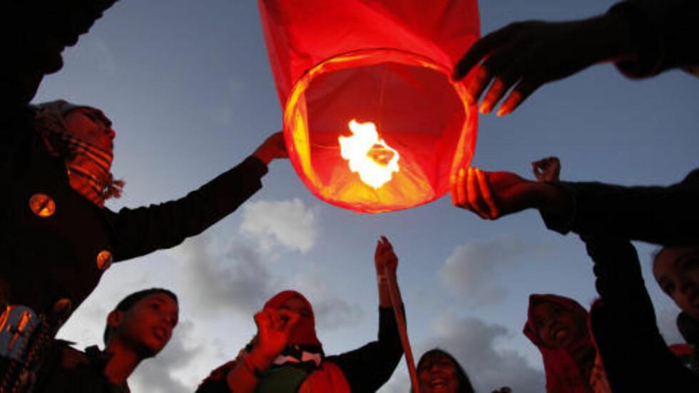 LYSLANTERNER:  Er blitt et av de mest typiske frigjøringssymbolene i Libya etter revolusjonen. Lanternene symboliserer håp og tro om en bedre framtid i et Kadhafi-fritt Libya. Foto: Mohammad Hannon / Ap / Scanpix