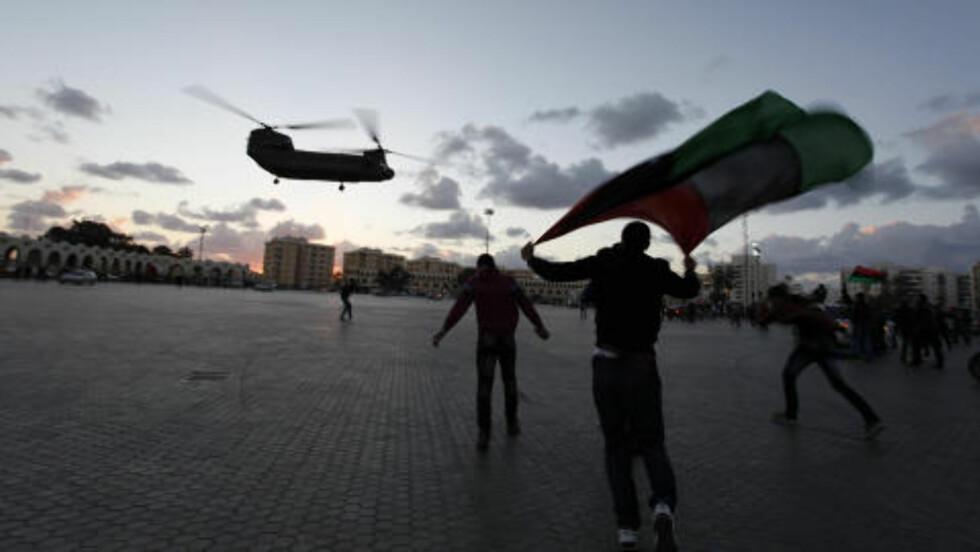 HØY SIKKERHET:  Et stort antall helikoptre, sjekkposter, politi og militære var utplassert over hele Libya for å unngå mulige terroraksjoner under revolusjonens toårsdag. Her lander et helikopter på Nasr-plassen i Benghazi. Mohammad Hannon / Ap / Scanpix