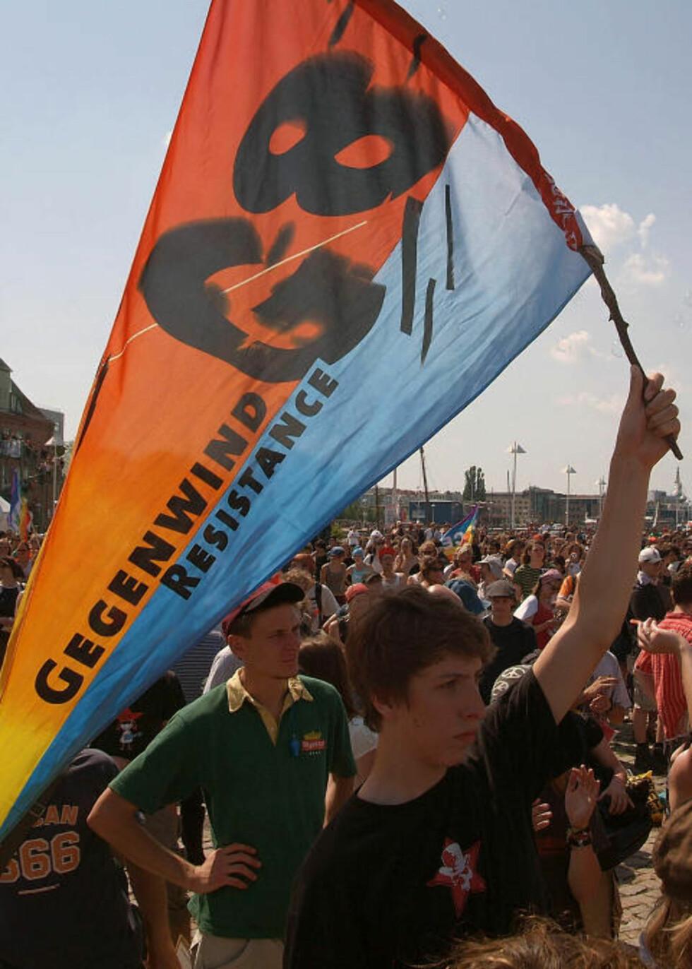 DELTOK I AKSJONER: Christian Høibø deltok i 2007 på store demonstrasjoner mot G8-toppmøtet i Tyskland i 2007, med representanter fra verdens rikeste industrinasjoner. Her deltok han blant annet i blokkaden av en vei inn til et kongressenter. På bildet demonstrerer folk fredelig i Rostock. Foto: Thomas Haentzschel/AP/SCANPIX