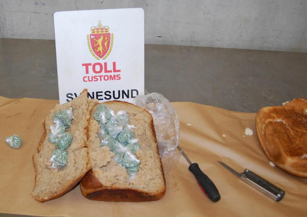 BAKSTBESLAG: Dette åpenbarte seg inne i brødet da tollerne åpnet det. To personer fra Litauen hadde med seg brødene, ifølge Tollvesenet. Foto: Tollvesenet