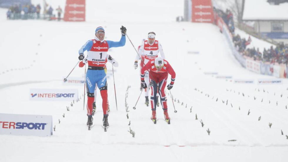 SØLV TIL NORTHUG: Petter Northug gikk inn til sølv, men klarte ikke å stoppe Nikita Krjukov. Foto: Bjørn Langsem