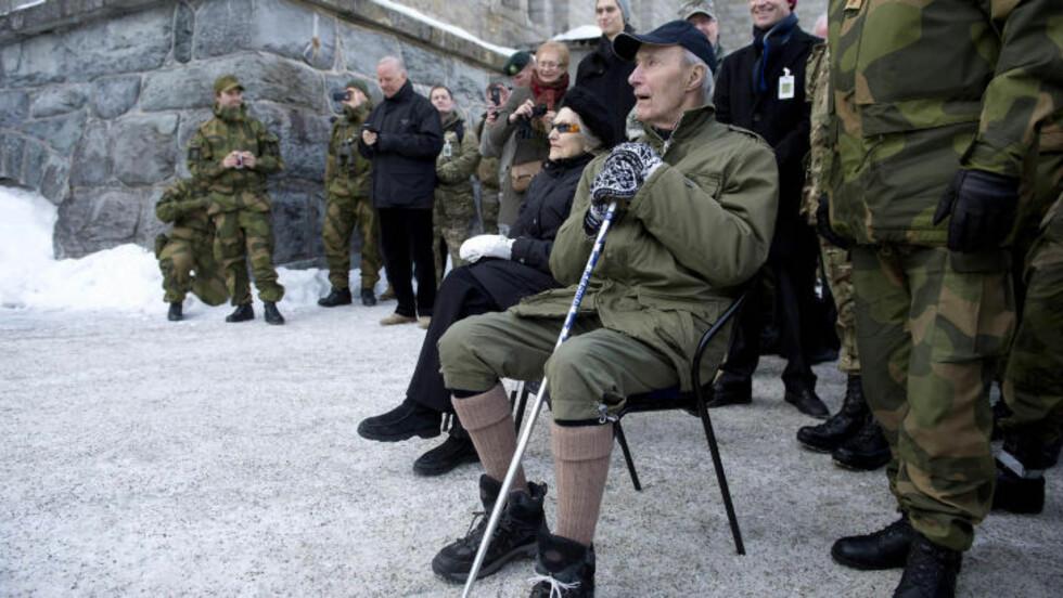 <strong>ÆRESGJEST:</strong> Joachim Rønneberg (94) er den eneste gjenlevende av Kompani Linge som gjennomførte den vellykkede sabotasjeaksjonen på Rjukan i 1943. I dag var han på plass med kona Liv for å overvære spesialkommandoens demonstrasjon av et angrep på tungtvannsfabrikken anno 2013. Foto: Øistein Norum Monsen /DAGBLADET