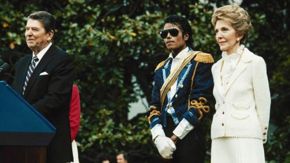 <strong>1984:</strong>  Michael Jackson på mottakelse i Det hvite hus hos presidentparet Ronald og Nancy Reagan før hudsykdommen ble lagt merke til. FOTO: Scott Stewart, AP/NTB Scanpix.
